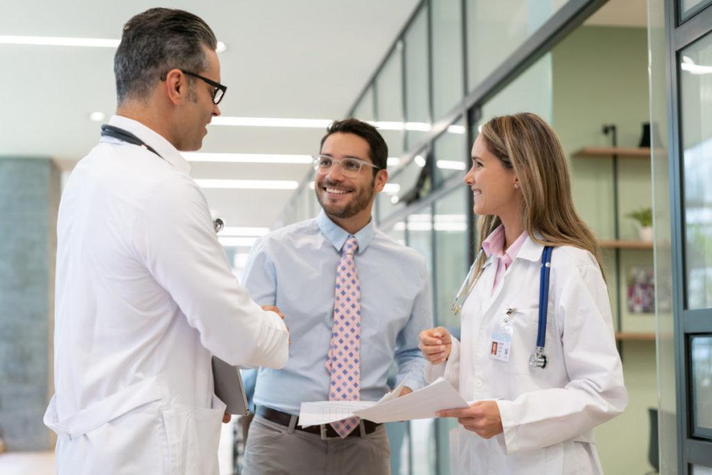 Geschäftsführer begrüßt Ärzte